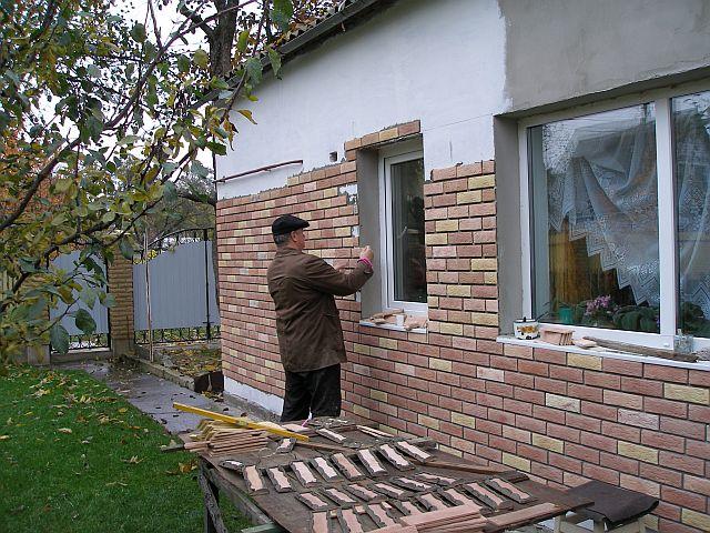 Обязательно для удобства установите рядом с фасадом рабочий верстак