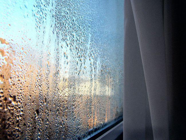 Определить, почему запотевают пластиковые окна в квартире, поможет знание механизма конденсации