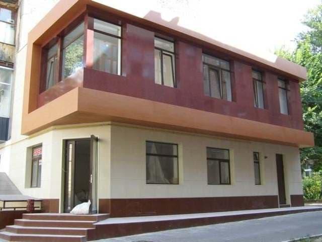 Дизайн фасада зданий с использованием комбинирования керамогранитных плит различных цветов