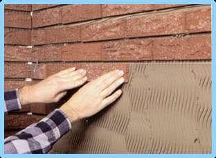 Клинкерную плитку к фасаду крепят при помощи клеевого раствора