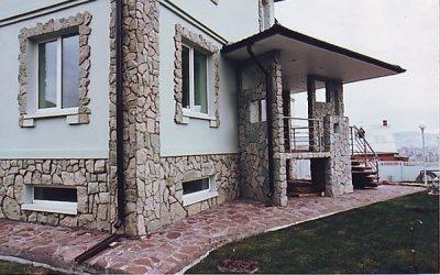 Фасад с отделкой декоративным камнем