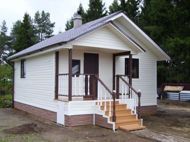 Дачный дом с отделкой фасада сайдингом.