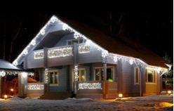 Вариант использования светодиодной подсветки в праздничном оформлении здания