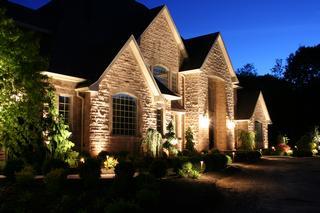 Пример подсветки здания и ландшафта приусадебной территории
