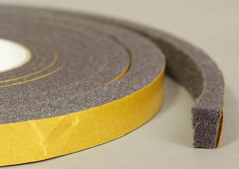 Пользоваться такой лентой очень просто – снимается защитная пленка, и утеплитель приклеивается на раму