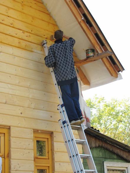 Начинать лучше с верхней части дома, чтобы можно было легко удалить потеки защитных средств