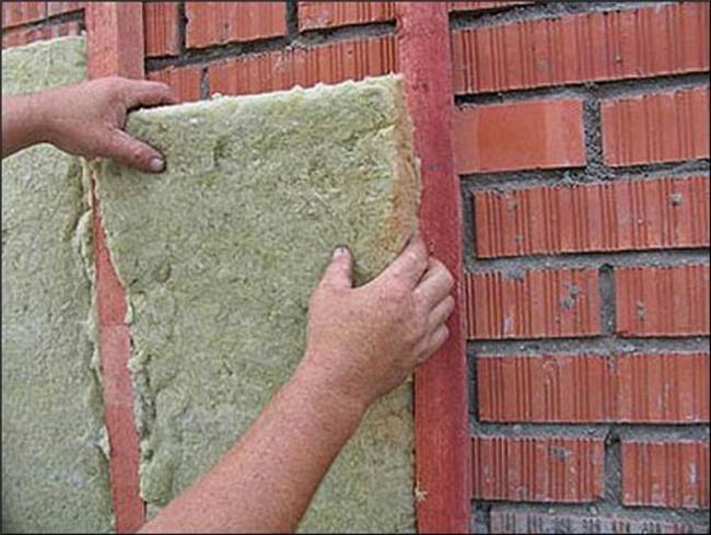 Принцип внешней теплоизоляции здания: укладка утеплителя в обрешетку