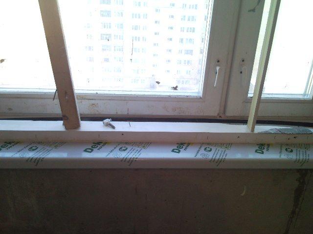 Распираем изделие и заполняем пространство между доской и стеной монтажной пеной