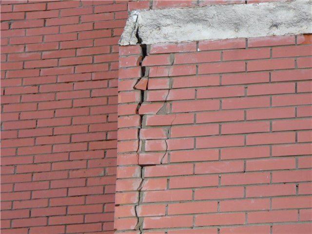 Причина этой трещины — просевший вместе с фундаментом грунт