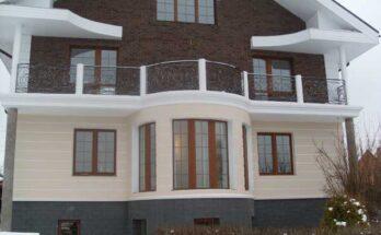 Фасад частного дома с элементами рустики