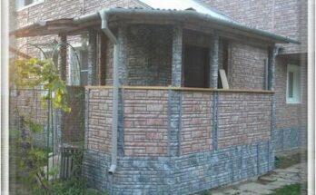 Фасад и цоколь дома облицованы цокольным сайдингом Доломит