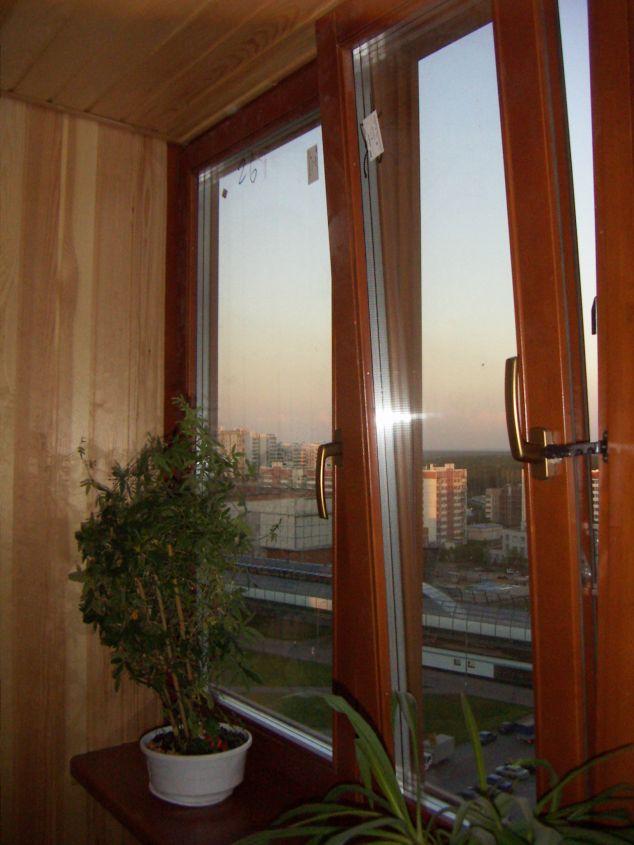 Современное деревянное окно с тройным остеклением
