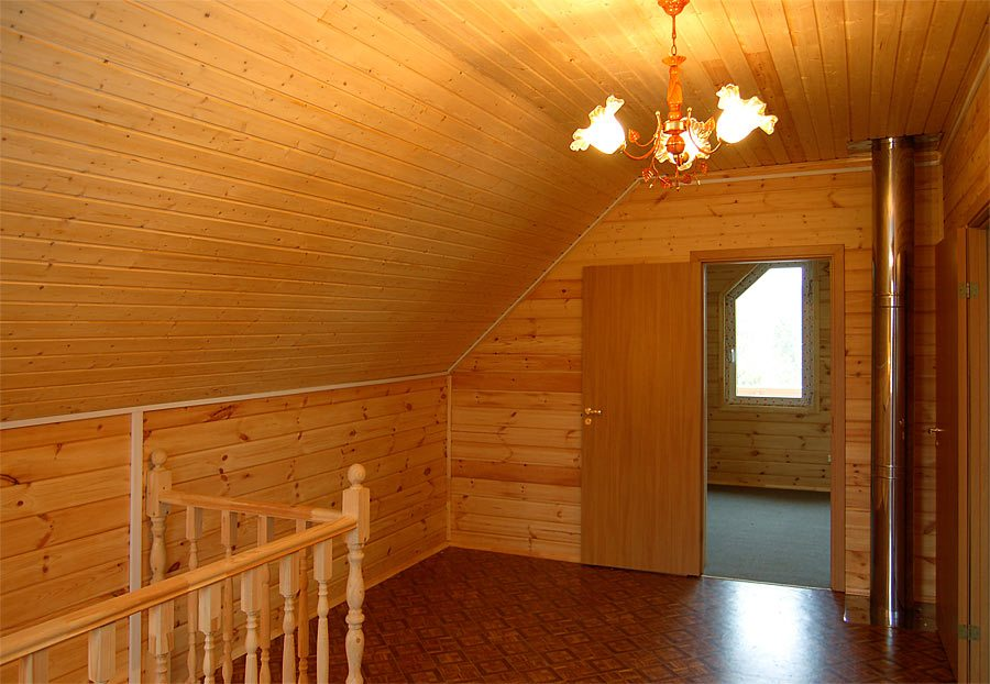 Стены и потолок мансардного этажа обшит вагонкой из древесины хвойных пород.