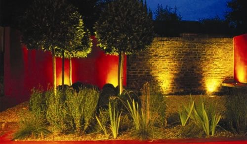 Грунтовые светильники придадут необычайный лоск фасаду здания