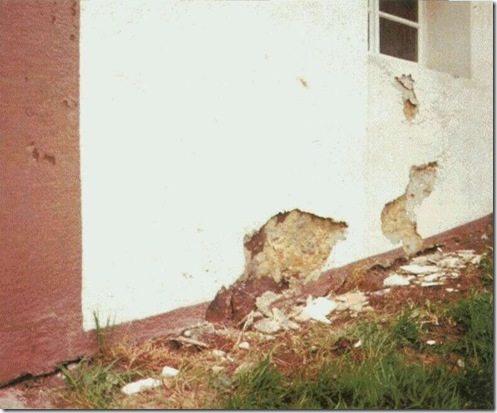 Причина разрушения стены — низкая паропроницаемость внешнего слоя штукатурки. В результате в стене накапливается влага