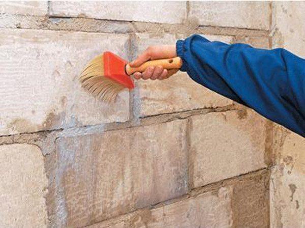 Грунтовка стены перед устройством мокрого фасада