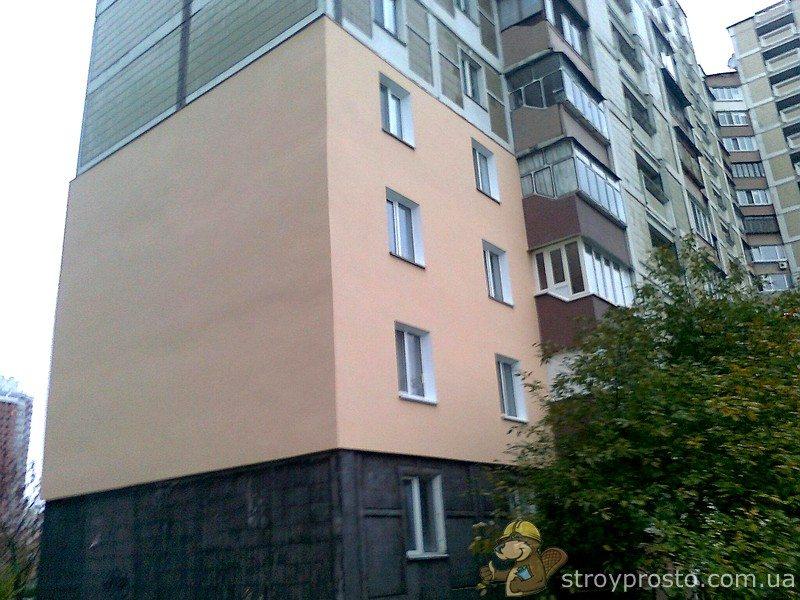 Утепляются пенопластом не только частные дома. Практикуется и утепление части стены, принадлежащей отдельной квартире. Что мы и наблюдаем на фото.