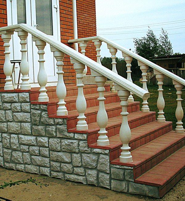 Отделка лестницы сайдингом под камень