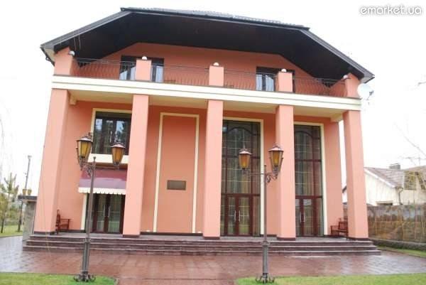 Персиковый цвет в оформлении фасада