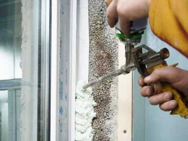 В процессе монтажа окон можно запачкать подоконник монтажной пеной