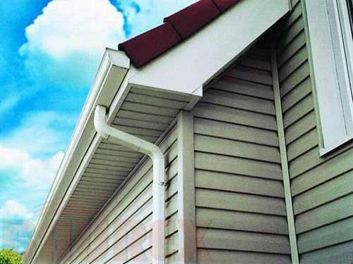Вертикальные панели, это и есть софит, смонтированный как раз на карниз крыши