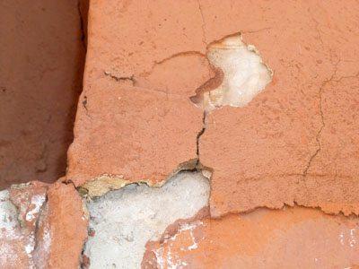 На фото изображена часть штукатурного фасада, требующего ремонта