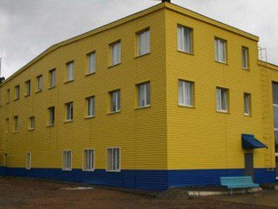 Фасад, выполненный в желто-синих цветах.