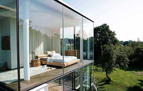 Витражный фасад наполняет спальню солнцем и пространством