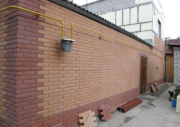 Внешний вид утепленной стены можно назвать безупречным. При этом затраты времени на утепление и отделку минимальны.