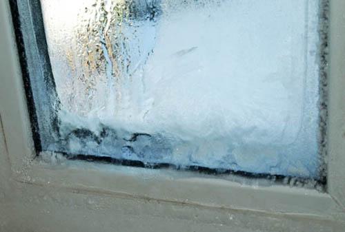 Замерзшее окно из металлопластикового профиля