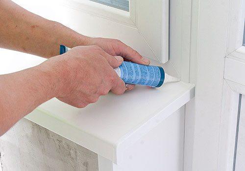 Жидкий пластик для ремонта пластиковых окон наносится по краю
