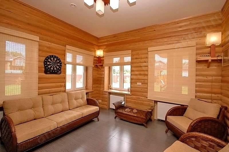 Уютная и теплая гостиная с отделкой деревянными панелями