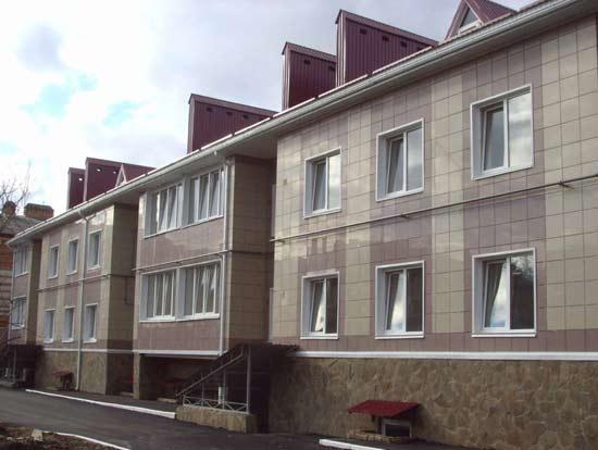 Керамогранит - весьма популярный материал для внешней отделки зданий. Однако его применение имеет несколько особенностей.