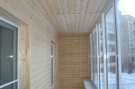 Красивая отделка балкона Блок Хаусом из дерева