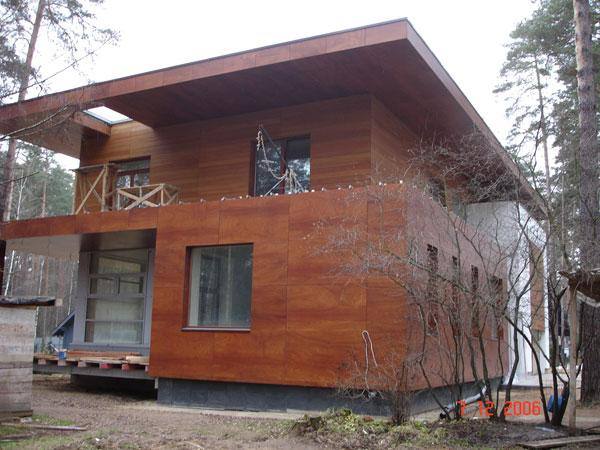 Стилизованный под натуральное дерево вентилируемый фасад коттеджа