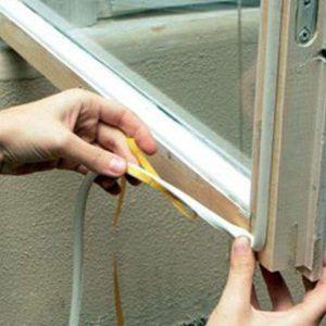Монтаж уплотнительной ленты на самоклеящуюся поверхность