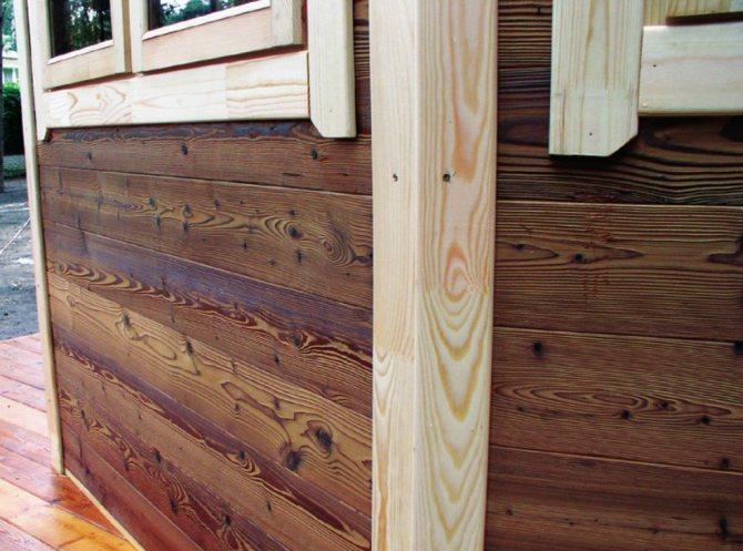 Деревянные панели на фасаде из сибита обеспечивают защиту материала от влажности и других атмосферных воздействий