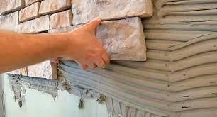 облицовка фасада загородного дома искусственным камнем