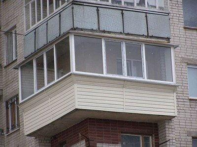 Демонстрация того, как обить сайдингом балкон угловой.