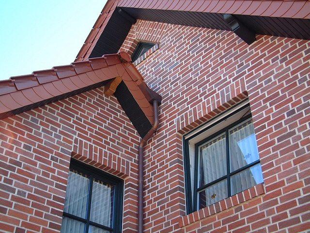 Красный кирпич придает особую роскошь фасаду дома