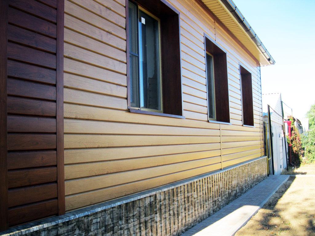 Фасад дома из L бруса выглядит очень дорого и привлекательно