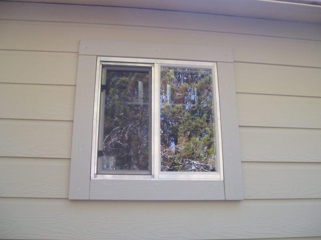 Примерно так должно выглядеть ваше окно: горизонтальный сайдинг монтируется не вплотную к оконной раме