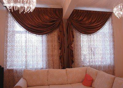 Расположенный под окнами диван