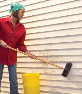 Сайдинг следует мыть с обязательным использованием губки или щетки