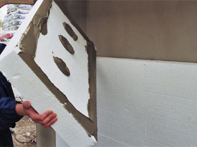 Укладка плиты утеплителя под мокрый фасад