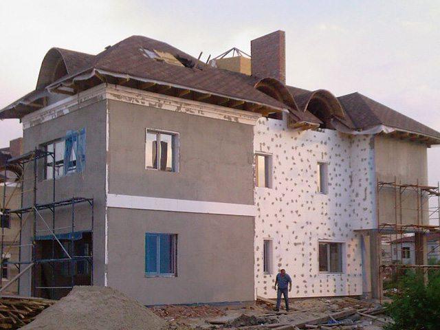 При наружном утеплении стен армирующая сетка нужна для того, чтобы обеспечить сцепление штукатурки с поверхностью.