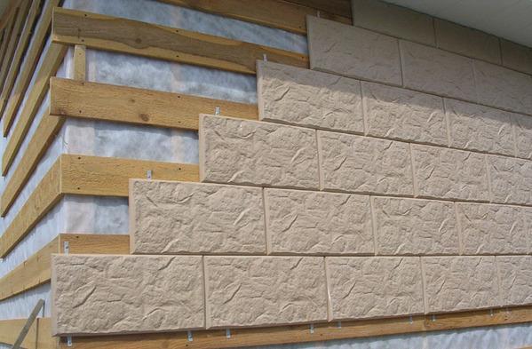 Ветрозащитная пленка под деревянной обрешеткой, на которой закреплена декоративная плитка