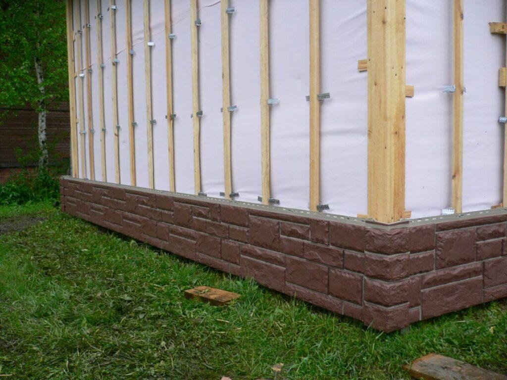 Деревянная обрешетка, цокольный сайдинг – начало работ по установке фасадного элемента