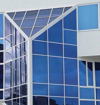 Витражные системы фасадов общественных зданий могут иметь самые неожиданные очертания и габариты