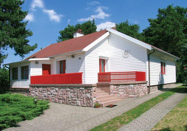 Сайдинг белого цвета позволит выделить конструкцию дома среди общего окружения